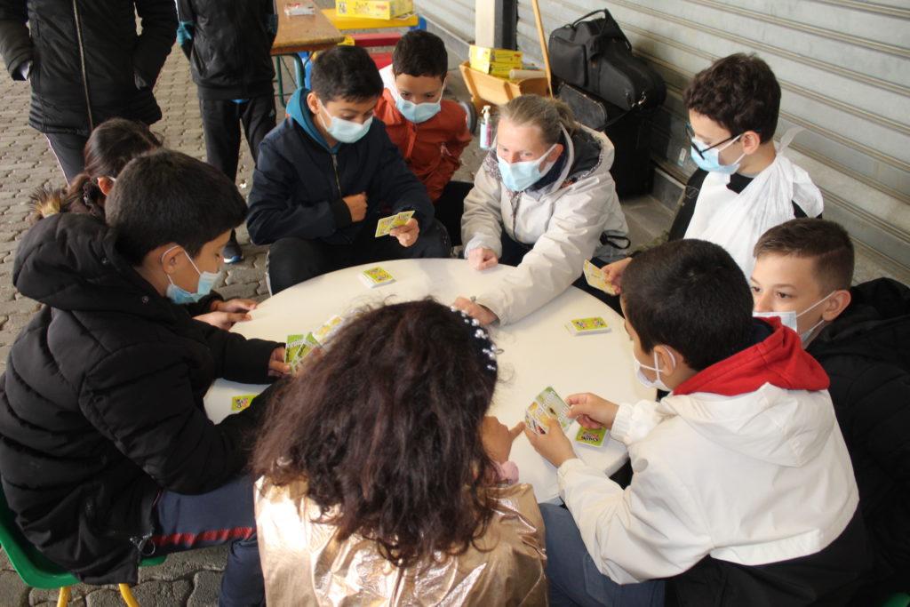 La ludothèque municipale avec des enfants de l'école du Charmois sur le marché bio et équitable